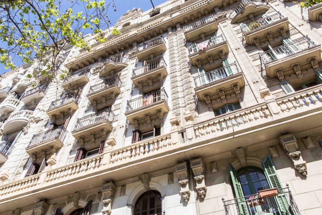 Fachada del bloque de apartamentos con balcones - impacto del coronavirus